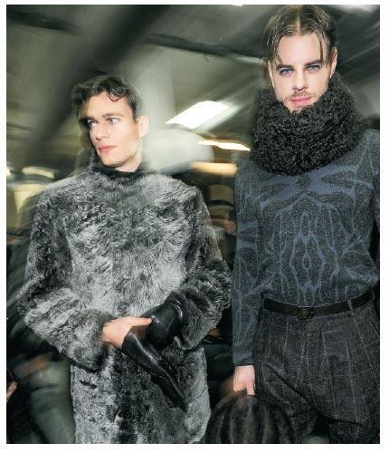 - 厲行環保﹕皮草素來是意大利品牌的一大象徵,Giorgio Armani願意走先一步,停止使用皮草令人感到鼓舞,圖為2016秋冬男裝,系列中的大褸使用以非殘殺方式取得的山羊毛和羊毛製成。(相片由品牌提供)