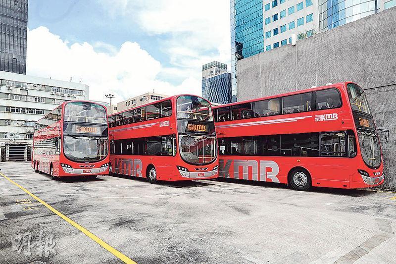 九巴引入新一批巴士,車身由以前用咗十幾年嘅香檳金,變做充滿英倫風嘅紅色,配上銀色線條點綴,望落好醒目。(郭慶輝攝)