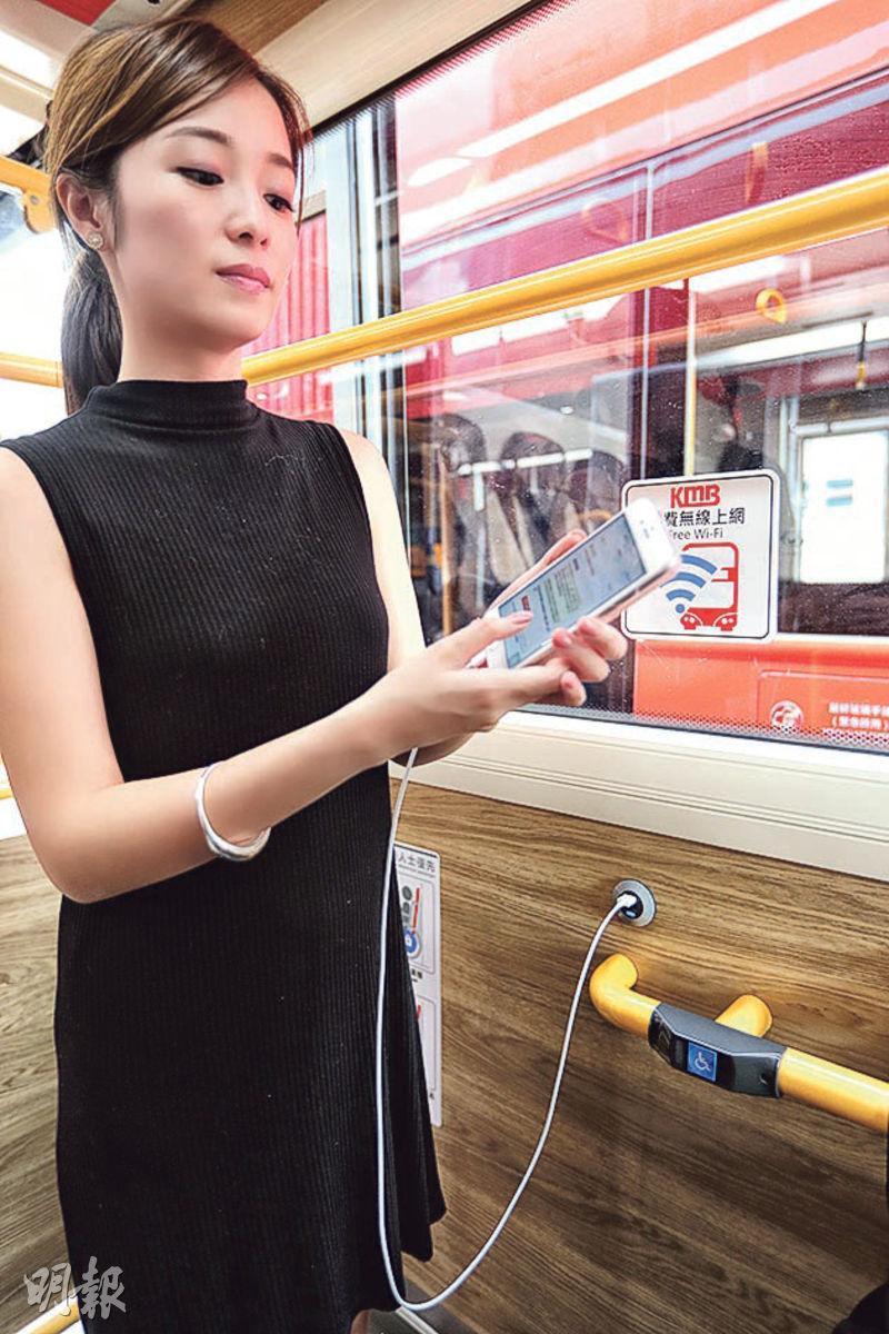 新一代九巴車廂內設12個USB充電插座,分別喺上、下層後座位置同埋輪椅泊位,市民自備USB線就可以用到。(郭慶輝攝)