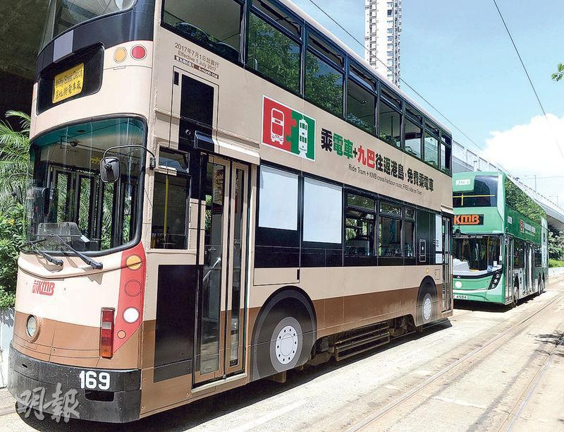 九巴與電車公司首次合作推出特別轉乘優惠計劃,一輛電車車身被貼上有車輪等圖案的貼紙,變身九巴;一輛九巴則貼上綠色貼紙,變身電車。(劉焌陶攝)