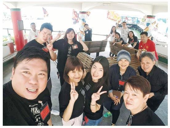 雲峰和新生園的同事,中排最右的是他的人生啟蒙老師鄭振華牧師,即新生協會創辦人。(相片由受訪者提供)