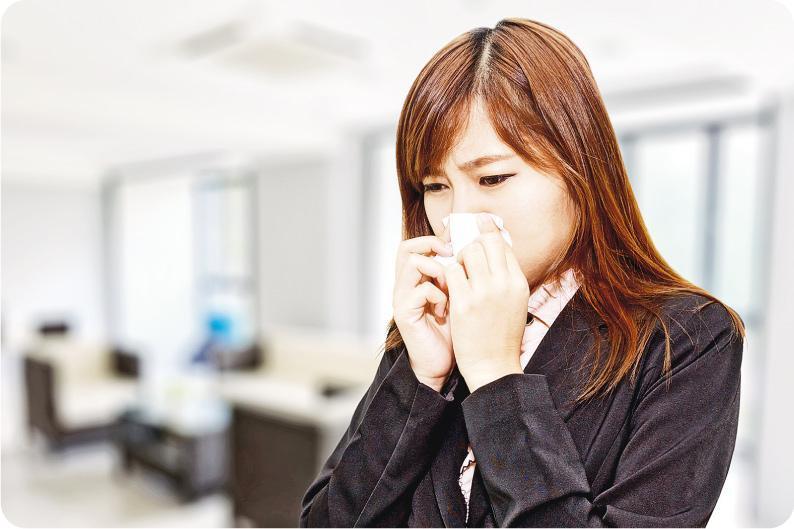 影響效率——不少人飽受辦公室太冷之苦,夏天仍要穿外套保暖,一不小心患上感冒,更影響工作效率。(設計圖片,KittisakJirasittichai@iStockphoto)
