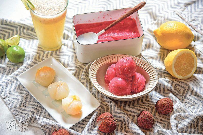 荔枝甜品——Susu示範用荔枝配搭其他當造水果,炮製出三款簡單易做的甜品,包括看似荔枝肉的香檳荔枝芒果果凍粒、荔枝紅桑子玫瑰雪葩和荔枝青檸梳打。(圖:黃志東)