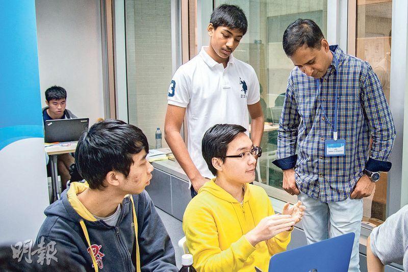 怡和科技(香港)業務拓展及物聯網主管尚家良(右一)這天除了自己到場,還帶同兒子(右三,穿白衣者)到場,讓他感受「黑客松」的氣氛。