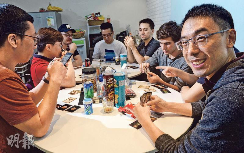 GoAnimate創辦人洪耀基(右一)表示,享受觀看「黑客松」的過程,也覺得這類比賽可助年輕人才加速成長。(劉焌陶攝)