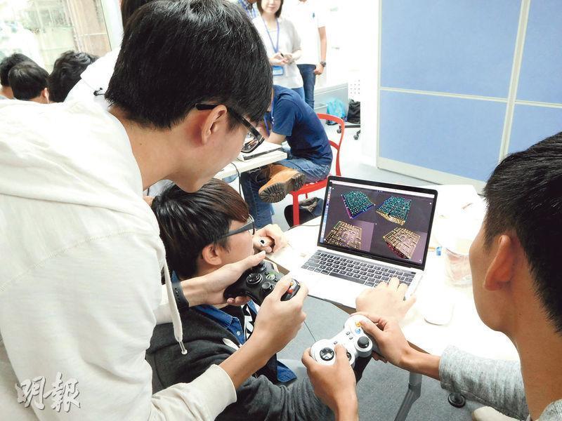 Nananinja的幾名成員正在測試他們設計、可供4人一起玩的立體食鬼遊戲。