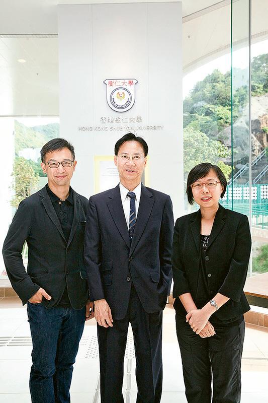 香港樹仁大學工商管理學系主任楊榮基教授 (圖中)、副系主任伍志豪博士 (圖左) 及副系主任羅翠翠博士 (圖右)。