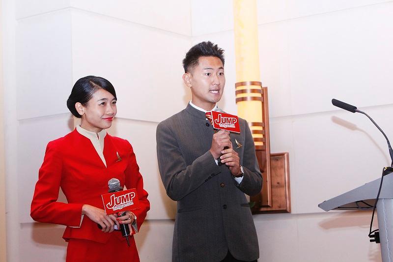 左起:國泰航空公司機艙服務員王綺雯、黃健駿