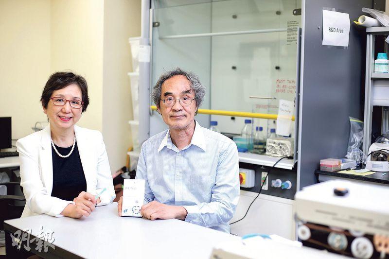 納康科技首席科技總監梁修珀(右)表示,繼「唾液糖測試棒」(Kiss & Tell)之後,該公司將會在下月再推出用口水作另外4項健康檢查的新款測試棒和服務。旁為公司行政總裁倫月嫦。