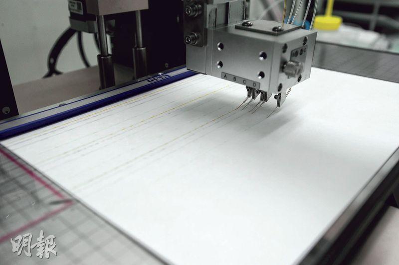 現時,納康科技所有測試棒的試紙都是在香港自行生產,圖中機器正將藥水注入試紙,配合另一部切割機,每小時最多可以生產接近1萬條試紙。
