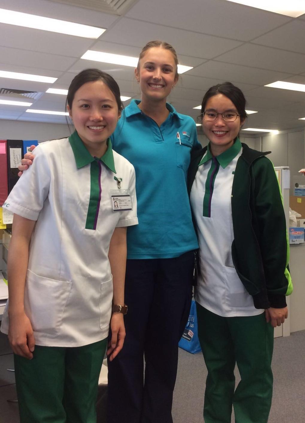馮明慧 (Winkie,左一)在學院安排下到澳洲的醫院實習