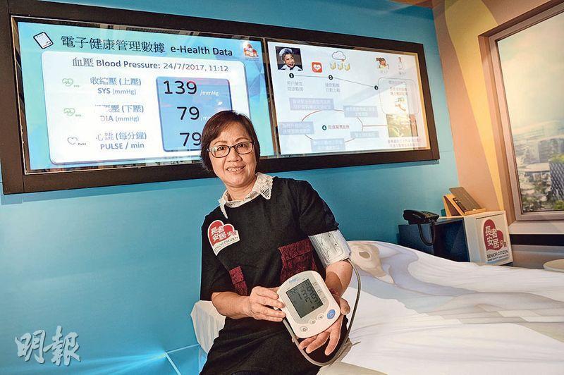 50多歲的何鈺羚(圖)自言健忘,有意參加「長者智能家居」試驗計劃。該智能家居亦有電子健康管理及護士關懷服務,長者在家自行用儀器量血壓等,數據會傳至協會讓護士跟進。(鍾林枝攝)