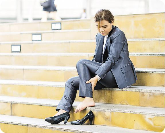易疲勞痕癢——靜脈曲張會令腿部脹痛,容易感到疲勞、痕癢;一旦受傷,亦較容易受感染。(champja@iStockphoto)
