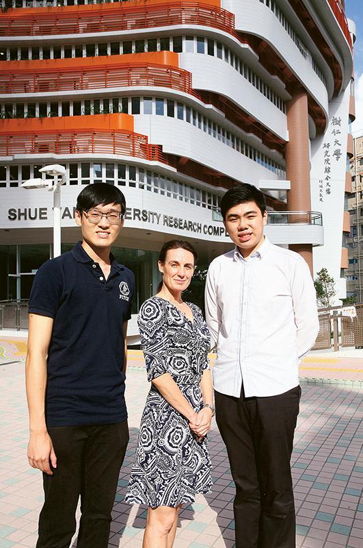 香港樹仁大學法律與商業學系副系主任及助理 教授Dr. Claire Wilson (圖中),以及「法律與商 業(榮譽) 商學士」課程學員范宏浩(左) 和關嘉 豪(右)。