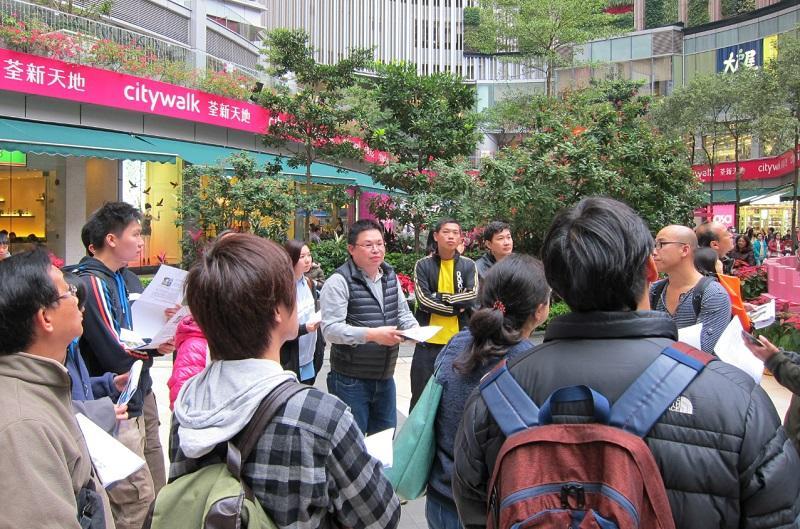 導師關錦康 (圖中黑色背心) 帶領學員到商場進行實地考察。