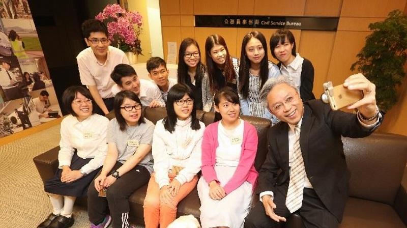 公務員事務局長羅智光(前排右一)同一班參加政府暑期實習計劃嘅殘疾大學生見面並合照。(新聞處圖片)