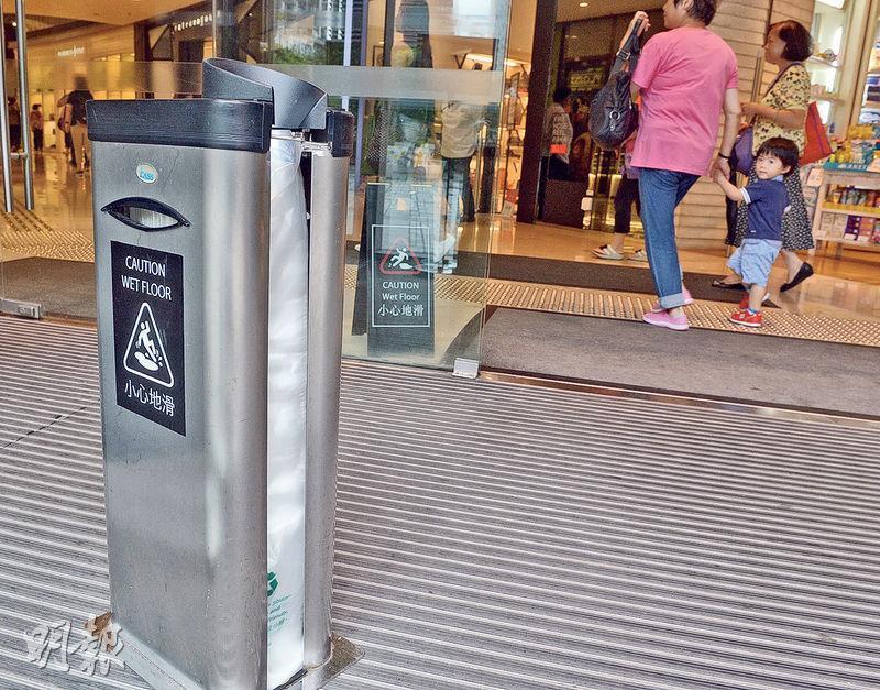 大多數商場都向顧客提供雨傘膠袋。(劉焌陶攝)