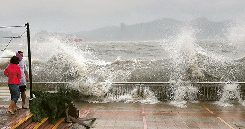 「天鴿」昨吹襲香港期間,在水位高漲及強颱風風力下,杏花邨成風暴重災區。足以淹沒成年人的巨浪湧岸畫面昨日經常出現,拍岸高度甚至可高至屋苑3樓位置,在巨浪稍息後邨內滿目瘡痍。(李紹昌攝)