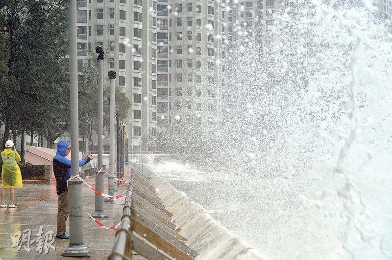 昨日杏花邨海旁有大風浪,部分高達3米,有市民到岸邊拍攝。(蘇智鑫攝)