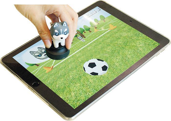 當用戶玩「哈士奇樂園」的射龍門遊戲時,可以藉轉動膠公仔,來改變射球方向;而射球動作則是以按壓膠公仔來啟動。
