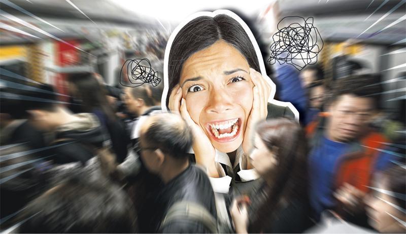 廣場恐懼症——廣場恐懼症患者對人多擠擁的地方產生恐懼;而這地方不論是開揚或閉封,患者都會感覺不安。(設計圖片,相中模特兒與本文提及疾病無關,Maridav@iStockphoto)