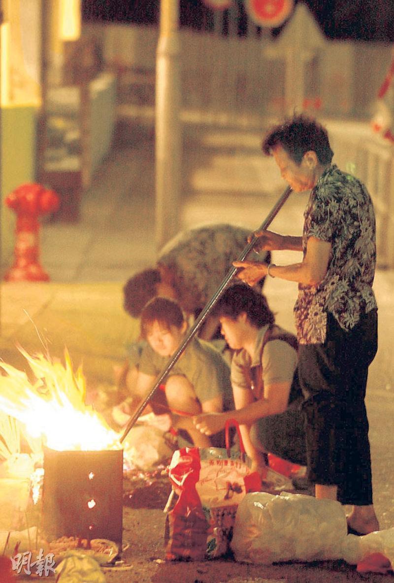 - 七月十四——是日鬼節,很多人避免晚上在街頭流連,害怕「撞鬼」。(網上圖片)