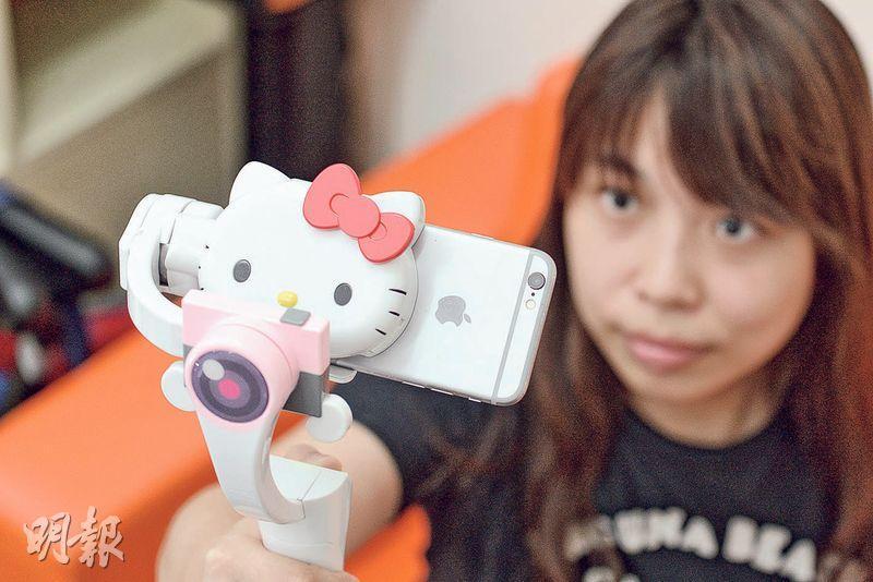 輕巧型雲台SwiftCam Hello Kitty,將擺放手機的位置設計成Hello Kitty形狀,於大半年前推出,可自由調整俯仰角度,售價約699元。