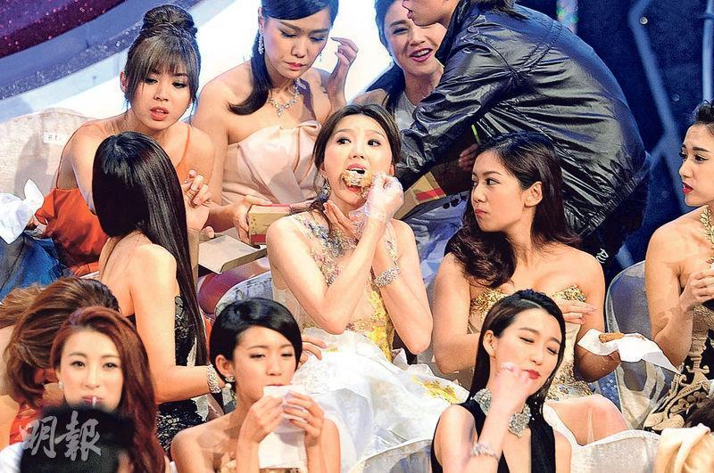 無綫電視前年的《萬千星輝頒獎禮》安排藝人在台上吃炸雞,持續展示贊助商標誌,被通訊局裁定違規罰款15萬元,無綫早前已入稟挑戰通訊局決定。(資料圖片)