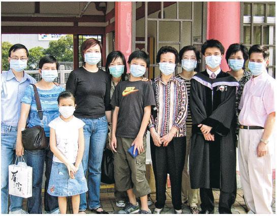 2003年大學畢業,因為遇上沙士,王仲傑(右三)與眾親友齊齊戴上口罩拍照留念。(相片由受訪者提供)