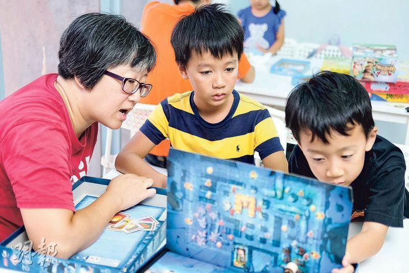 訓練兒子——Sofia(左)閒時最愛跟Samuel(中)和Lemuel(右)一起玩Board Game,她說能增進感情之餘,也能訓練兩個兒子的脾氣。(圖︰蘇智鑫)