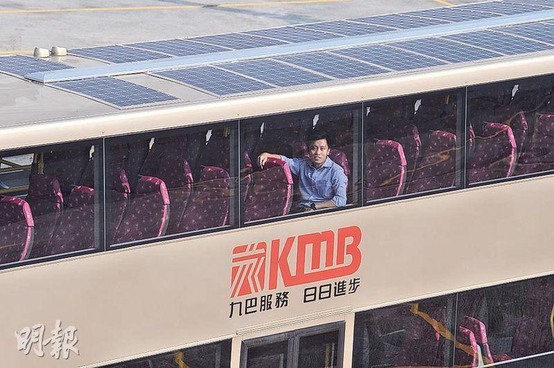 九巴喺雙層巴士車頂成功安裝20塊面積1米乘0.6米嘅太陽能電池板,經測試後可將車頂吸收到嘅太陽能轉化為電能,驅動通風系統運作。(馮凱鍵攝)