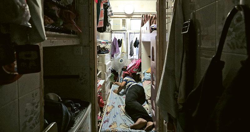 - 阿海(圖)一家四口居於百多呎大劏房,他每晚睡覺前都要將摺枱及椅子移開,才能夠拉開子母牀下格牀板睡覺。他希望有天能為家人找到一個安樂窩。(曾憲宗攝)