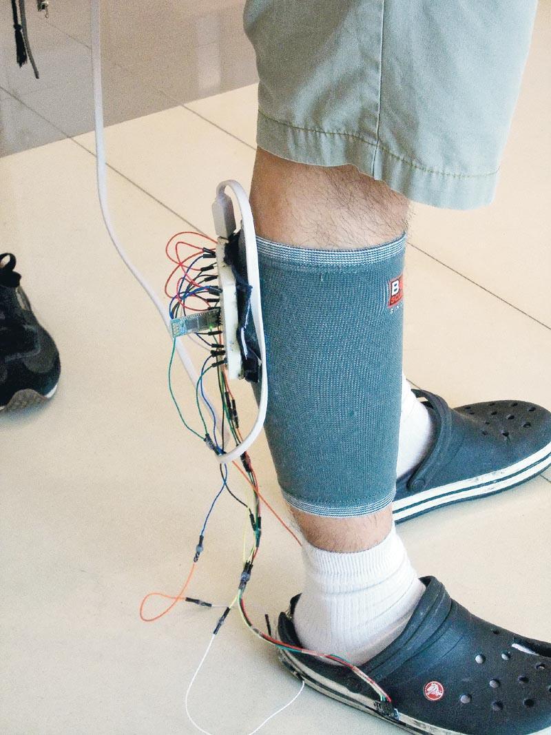 學員進行計步器原型示範。