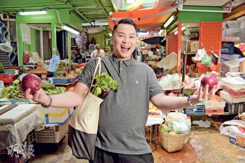 今晚煮乜餸?——香港JW萬豪酒店中菜行政總廚鄧家濠,平日逛街市買餸,一般不會擬定要買什麼,反而會以食材的新鮮程度為依歸,再決定「今晚煮乜餸」。(圖:黃志東)