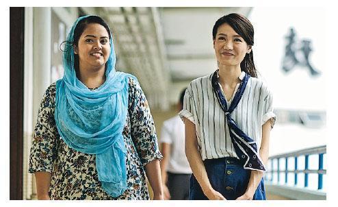 廠商會蔡章閣中學聯絡主任李文兒(左),在電影《我們的6E班》中飾演駐校社工。(電影劇照)