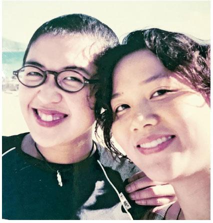 鍾曉彤(左)接受化療後,頭髮漸漸長出來,圖為她與中學時的好朋友合攝。(相片由受訪者提供)