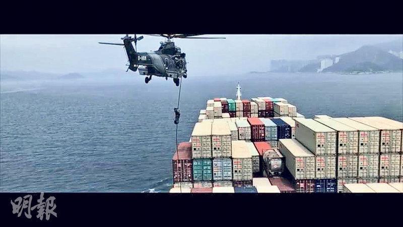 警方fb上載一段飛虎隊訓練嘅片段,當中包括隊員由直升機游繩到貨輪上調查嘅情景。(警方facebook片段撮圖)