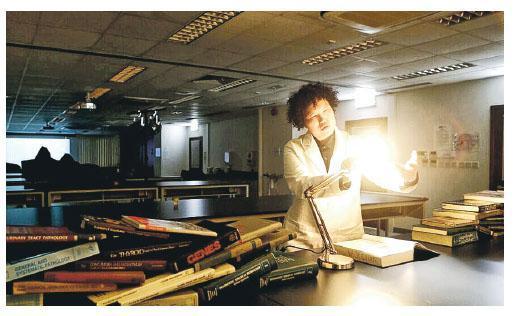 陳碧云的畢業作品《病理誌》,結合職業知識,內容講述不同疾病的歷史,去年在威爾斯親王醫院教學實驗室演出,當中運用簡單燈光如光管及鎢絲燈等。(陳碧云提供/Fangonei攝)