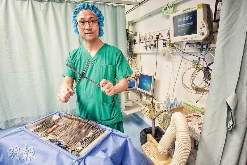 在手術室工作近20年,北區醫院手術室部門運作經理趙克輝隨手抽一件手術儀器,也可道出名稱及功能。(蘇智鑫攝)