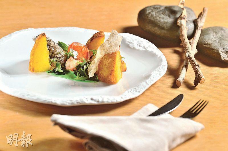 西京味噌黑鱈魚配新喀里多尼亞大蝦及海藻——大廚笑言這是英式炸魚薯條的變奏版,黑鱈魚以西京味噌等調味料醃足48小時,烤至外脆肉嫩,而薯仔則先以低溫煠熟後再炸,外皮相當鬆化,最特別是那片以風乾鱈魚皮做成的薄脆,很脆很美味。(*B)(圖:馮凱鍵)