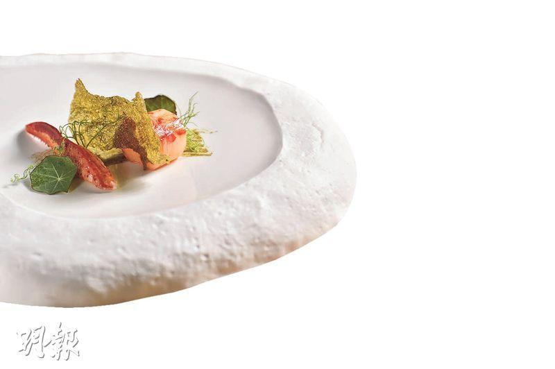 波士頓龍蝦伴佛手柑醬汁及紫菜薄脆——用上只有500克的野生波士頓龍蝦,其肉質更嫩、味道更鮮甜,龍蝦以低溫煠的方法處理並特意做成圓柱形,賣相可愛,但最搞鬼是那片綠色的薄脆,原來是參考日本壽司以紫菜及飯做成,香脆又惹味。(*B)(圖:馮凱鍵)