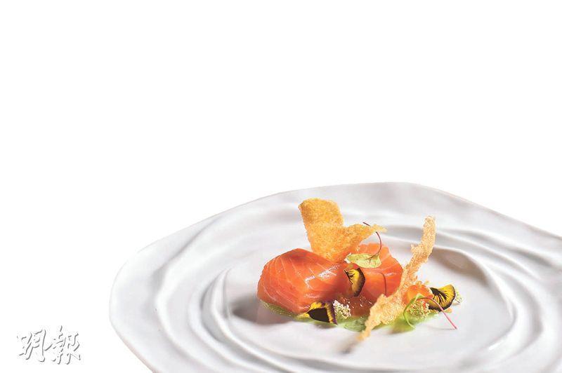 醃三文魚伴青瓜及藜麥脆粒——以挪威養殖三文魚入饌,配以炸脆的藜麥粒以及藜麥薄脆,加上混入青檸的青瓜啫喱,味道相當清新。(*B)(圖:馮凱鍵)