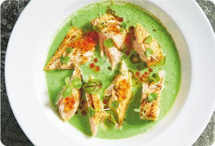Torched Sustainable King Salmon, Green Sauce, Lentils——慢煮的三文魚帶有牛油般的嫩滑口感,大廚特別將外皮燒至香脆,一脆一嫩的對比口感相當強烈,而那些以新鮮香草、西芹、墨西哥辣椒等做的醬汁,令魚鮮味更精彩。($198,C)(圖:相關食肆提供)