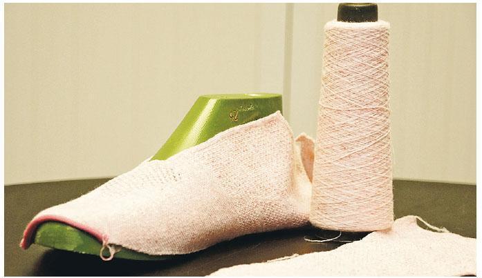 香港紡織及成衣研發中心已研發技術,把回收舊衣物纖維「打碎」,再整合作紡紗物料,可以編成布料再製造衣物,過程可不用添加水或漂染料,減少污染。圖為中心造出的再造布料。(香港紡織及成衣研發中心提供)