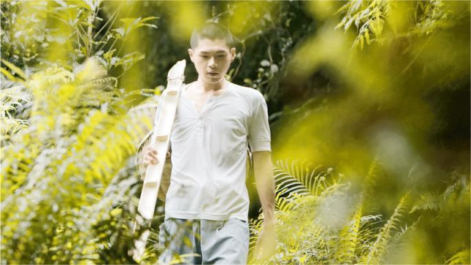 年輕演員——第二集〈盲龜浮木〉主要在西貢山林拍攝,男主角柯煒林為演出剷短頭髮。(圖:ViuTV)