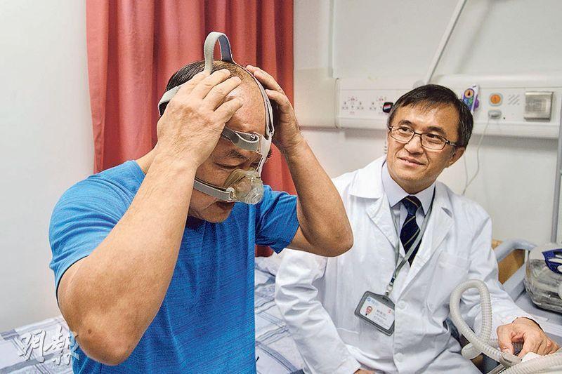 九龍東醫院聯網將於明年1月整合睡眠診斷服務,增加200個診斷名額。57歲的羅先生(左)10多年前確診阻塞性睡眠窒息症,他在兩年前開始戴呼吸機入睡,確保上呼吸道暢通。靈實醫院內科部門主管林偉民(右)稱,病情嚴重者或需接受顎骨手術。(楊柏賢攝)
