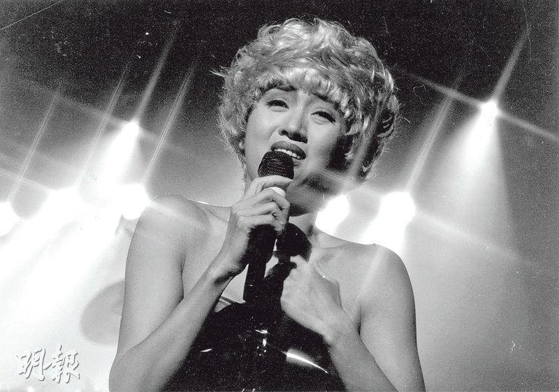 已故巨星梅艷芳形象百變,1980、90年代在華人社會紅透半邊天。她曾於1990年到當時的大專會堂演唱,圖為她於開場時以金髮造型扮演美國著名女歌手麥當娜(Madonna)的經典形象。(資料圖片)