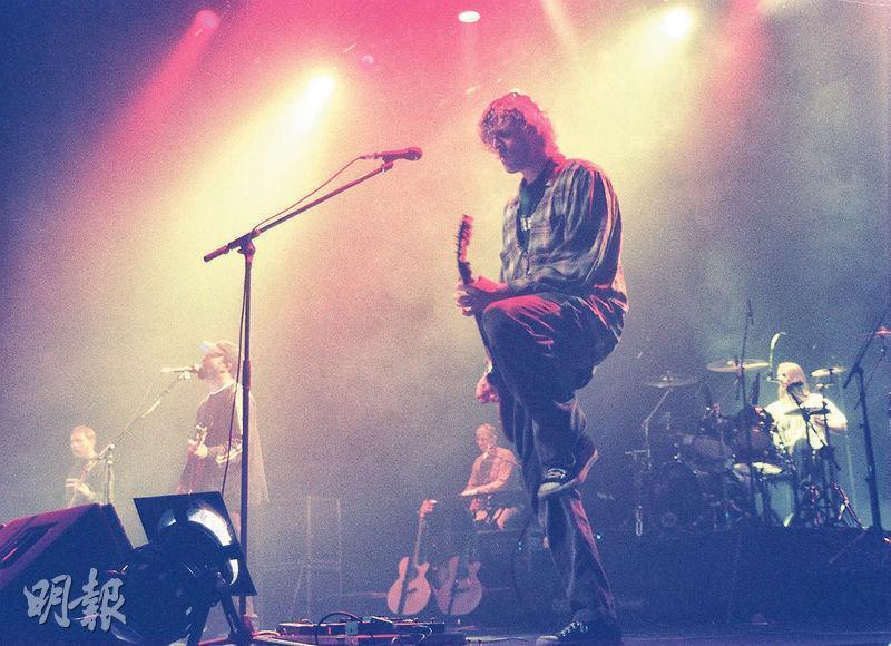 美國搖滾樂團Hootie & the Blowfish於1990年代紅極一時,圖為他們1997年在大學會堂表演首本名曲Hold My Hand及Let Her Cry等。(資料圖片)