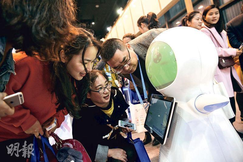 在第四屆世界互聯網大會·互聯網之光博覽會上,非人類的新型智能機械人也吸引了眾人的目光。圖為觀眾在博覽會上與機械人互動。(新華社)
