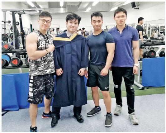 經常一同健身的大學師兄(左二)畢業,鄺梓文(左一)與他合照。(相片由受訪者提供)